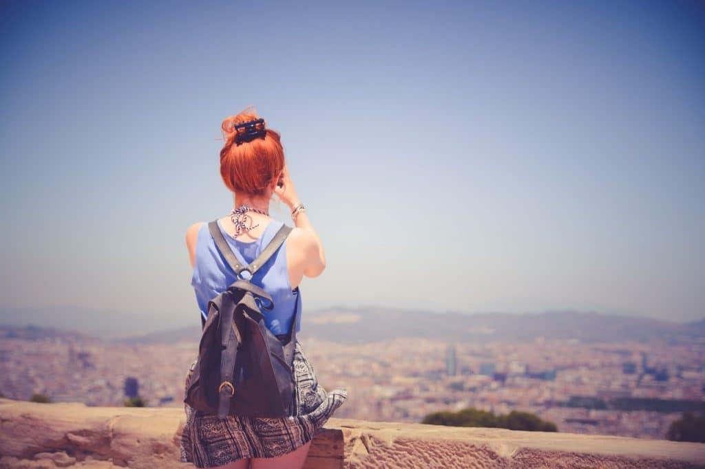 femme cheveux rouges ville seule