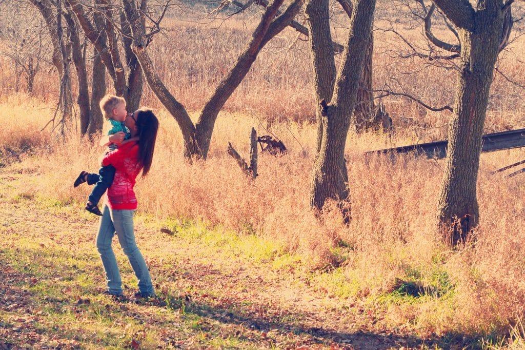 femme enfant automne dehors