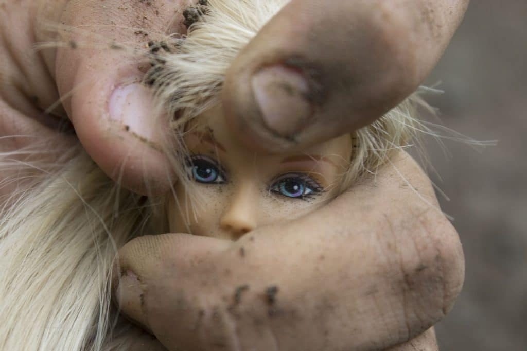 violence barbie poupée