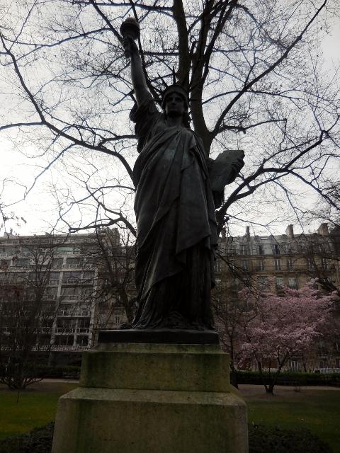 Promenade d cal e dans les all es du luco paris maman - Statue de la liberte jardin du luxembourg ...