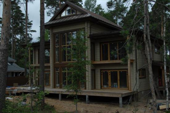 Дом из бруса в сосновом лесу