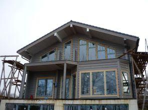 Деревянный дом с большой площадью остекления