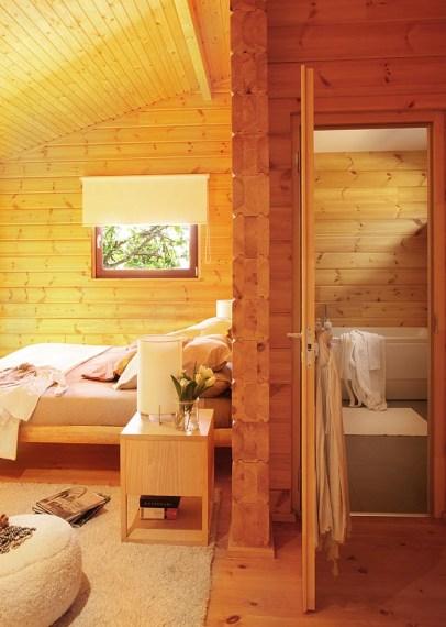 Санузел в спальне деревянного дома