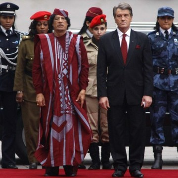 Libyan leader Gaddafi and Ukraine's President Yushchenko take part in an official welcoming ceremony in Kiev
