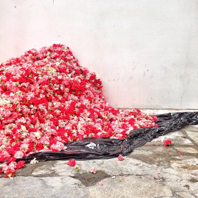 Kunststoffblumen vor «The Breeder Gallery», in welche sich später eine Peaches-Darstellerin werfen wird.