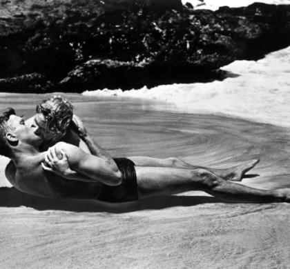 """Burt Lancaster e Deborah Kerr estrelam este beijo """"classicaço"""" no épico de guerra """"A Um Passo da Eternidade"""""""
