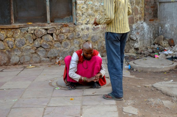 Life in Delhi - con games on the footpath