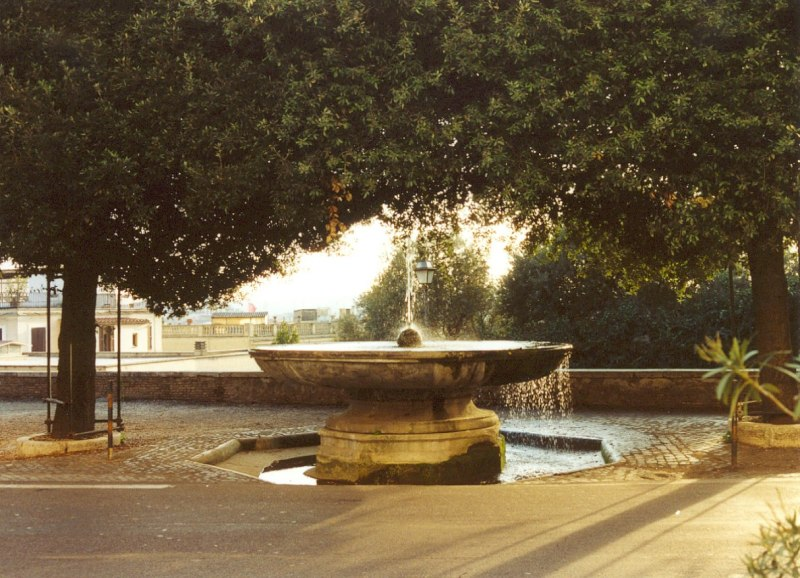 Fountain_in_front_of_Villa_Medici_on_Pincio_Rome