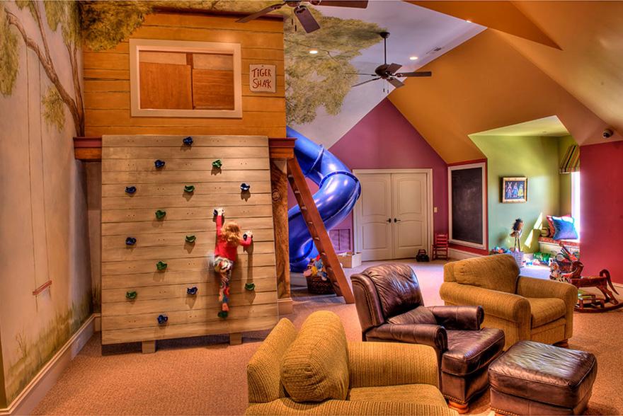 kinderkamer decoratie met klimmuur en glijbaan