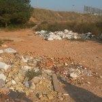 Zona de escombros depositados en el entorno del colegio Jaume I objeto de limpieza por parte del Ayuntamiento
