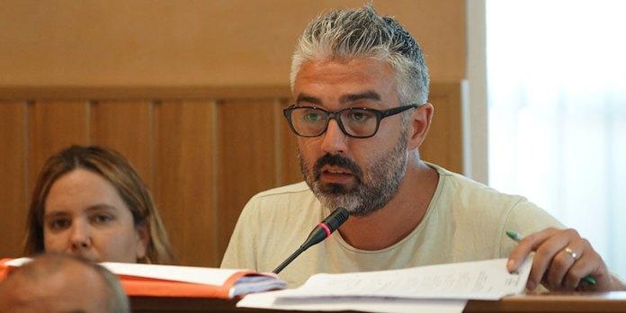 El portavoz de Compromís, Juanma Ramón, durante el pleno