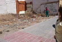 Un operario realiza la limpieza del solar de Pintor Sorolla