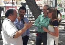 Sagredo y Campos hablando con vecinos de la 133 y Barranco del Rubio