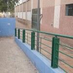 Uno de los colegios de La Coma tras las labores de desbroce