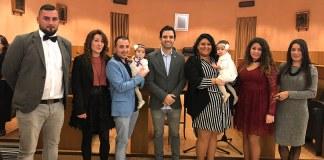 El alcalde, Juan Antonio Sagredo, junto a la familia de las pequeñas bautizadas