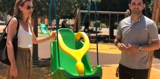 Sagredo y Campos junto al columpio adaptado del Parc Central