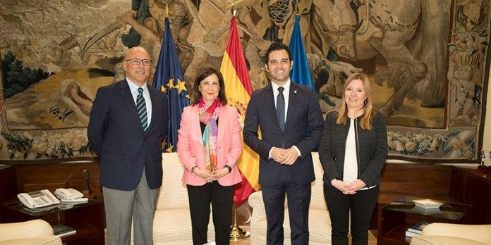 Sagredo y Pérez durante su reunión con la Ministra de Defensa