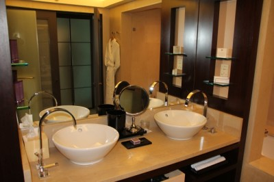 bathroom-standard-room-hotel-arts-barcelona