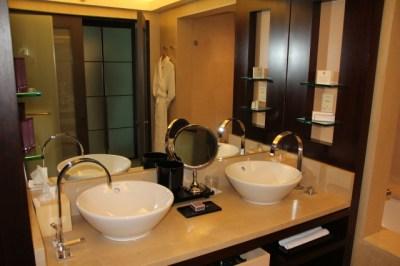 bathroom-standard-room-hotel-arts-barcelona