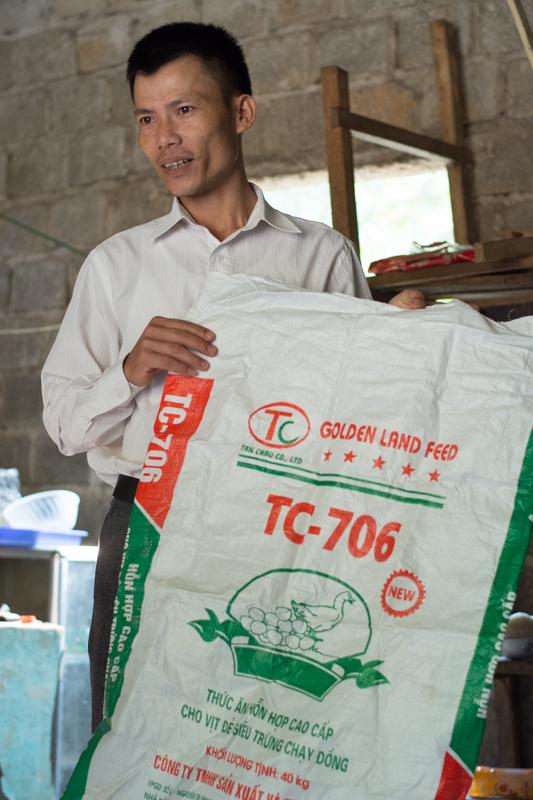 Le formateur en pleine explication sur l'adaptation de la nourriture - Formation volailles avec Entrepreneurs du Monde - http://paysansdavenir.com/entrepreneurs-du-monde-region-de-dien-bien-commune-de-na-thau-groupement-de-productrices-de-canard/