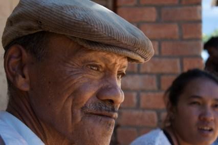Un agriculteur aidé par l'association ZOB