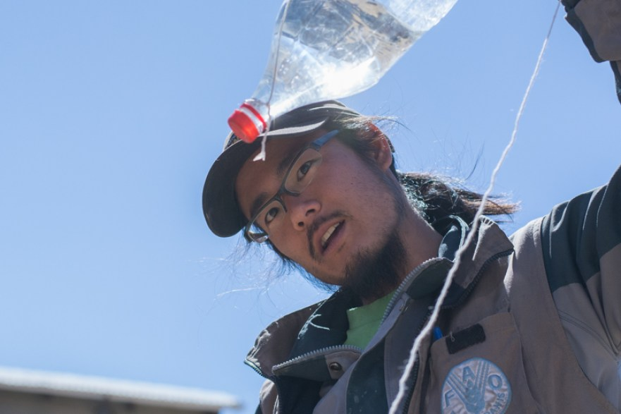 Agriculture urbaine à Sucre - un système d'arrosage goutte à goutte avec une bouteille d'eau et de la ficelle http://paysansdavenir.com/agriculture-urbaine-pourquoi-comment-lexemple-de-la-bolivie/
