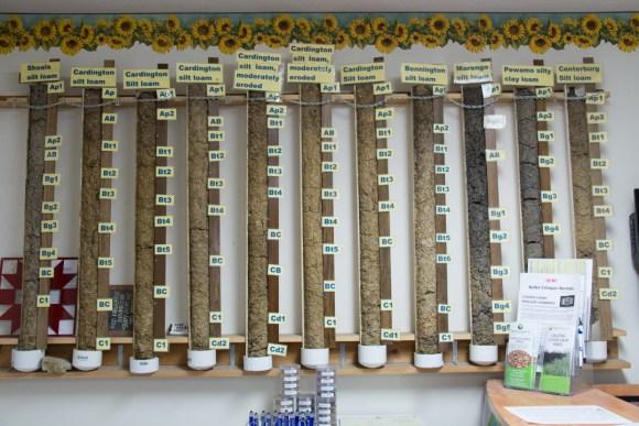 Bienvenue chez la famille Brandt. Ici leur bureau avec au mur les découpes des 11 différents sols que l'on trouve sur leur exploitation !
