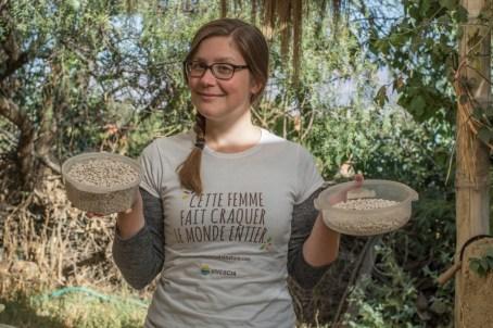 Agroforesterie à Cochabamba - votre aventurière ravie d'avoir enfin réussie à écosser tous ces haricots