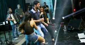 'As Coleguinhas' Simone e Simaria dançaram com o jogador Hulk durante festa em Baía da Traição