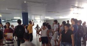 Pouco mais de 100 estudantes invadiram o prédio da reitoria da UFPB em João Pessoa. Eles moram na residência universitária e fazem um protesto, na manhã desta sexta-feira (20), contra o atraso no pagamento de um auxílio-moradia de R$ 220.