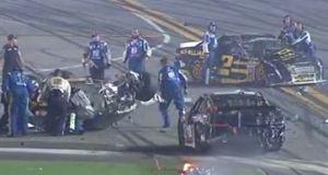 Acidente envolveu vários carros.
