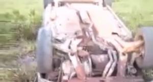 Vítima foi arremessada para fora do veículo.