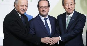 O ministro das Relações Exteriores francês, Laurent Fabius; o presidente da França, François Hollande e o secretário-geral da ONU, Ban Ki-Moon se cumprimentam ao chegarem na COP21, em Paris (Foto: Agência Lusa)
