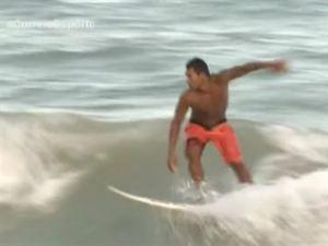 Surfista luta para representar a PB em grandes eventos (Foto: Reprodução/TV Correio)