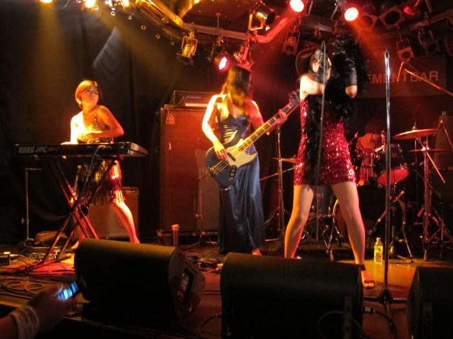 Meninas mandando muito no palco, na noite do incidente da banana