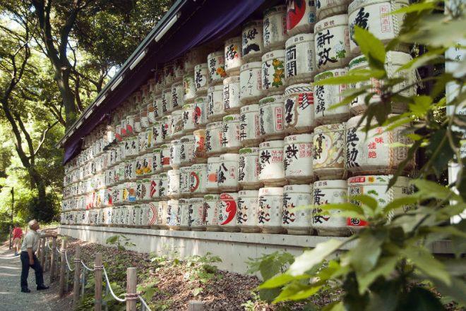 Barris de saquê no santuário Meiji Jingu, em Tóquio / Foto: Stefan Laketa