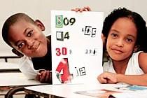 Crianças mostram números recortados de revistas. Foto: Fernando Vivas