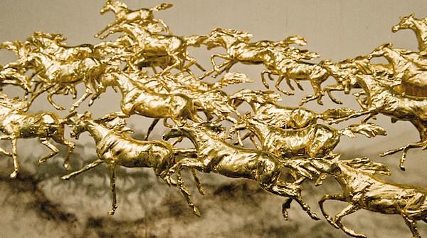 cai-guo-qiang-ninety-nine-horses-04