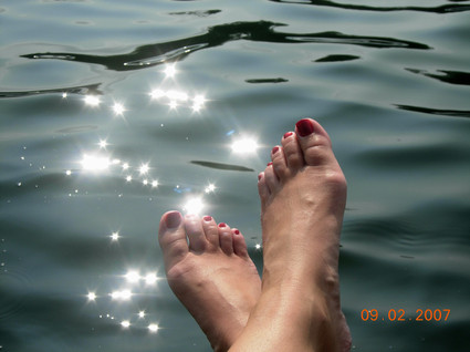 Reflecting_sun_on_water_and_feet