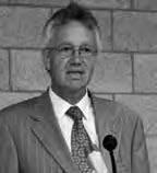 De heer Masselink is huisarts en lid van de Orde der Vrijmetselaren onder het Hoofdkapitel der Hoge Graden in Nederland. De Vrijmetselarij werkt anders dan de meeste esoterische groeperingen. Zij kent geen filosofisch systeem, maar werkt wel met metaforen, rituelen en symbolen. Centrale basisprincipes zijn 'Mens ken uzelve' en 'Op u komt het aan', waarmee de Vrijmetselaar geplaatst wordt voor zelfonderzoek, en het inzicht dat zelfkennis een (maatschappelijke) verantwoording met zich meebrengt. De Soevereine Prinsen van het Rozekruis (de één na de grootste loge binnen de Vrijmetselarij) houdt zich onder meer bezig met de symboliek van de roos en het kruis. Vanaf de zeventiende eeuw hebben de leden van de Vrijmetselarij het bouwersambt innerlijk verstaan, en de macht van het scheppende Woord door zich heen laten werken. Bovendien hebben zij door de tijden heen aan hen, die de rozenkruisers waren, een veilige haven en onderkomen geboden. Vanuit zijn levenspraktijk, ook als huisarts, ervaart hij dagelijks de desastreuze gevolgen van het zich vastklampen aan schijnzekerheden in het leven. Wie verantwoordelijkheid neemrt voor zijn eigen leven, neemt daarmee eveneens verantwoording voor de samenleving.