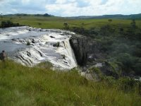 Waterfall and typical landscape in the region. Photo by Rodrigo Cambará Printes.