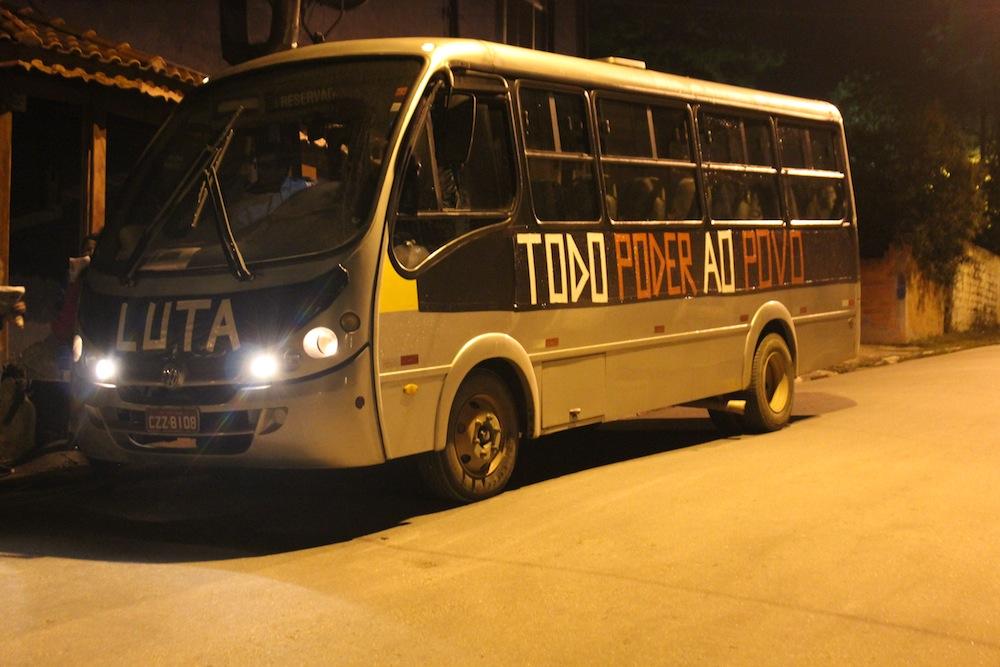 """Sem transporte público, moradores criam """"busão popular"""" no Extremo Sul"""