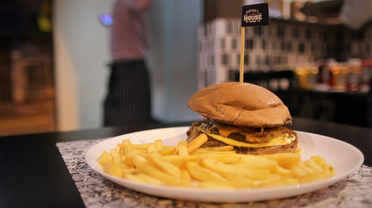 Criolo, pop-art e cebola empanada na hamburgueria mais autêntica do Grajaú