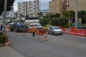 Carros particulares, transporte público y tráfico pesado pasan por la avenida principal del barrio. /FOTO KEVIN PEDRAZA