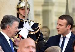 Cálido recibimiento del Presidente de Francia, Emmanuel Macron, a su homólogo de Colombia, Juan Manuel Santos, este miércoles en el Palacio del Elíseo en París.