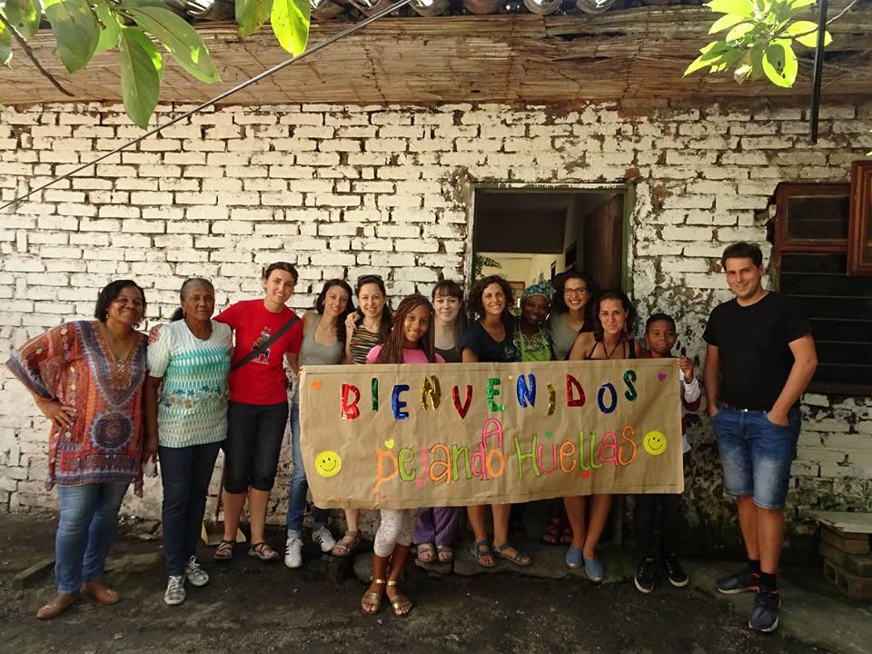 """10  jóvenes españoles en sus vacaciones artísticas solidarias visitan """"La China"""" en Puerto Tejada"""