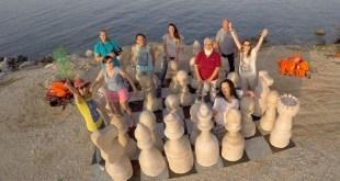 Ajedrez gigante solidario en la isla griega de Lesbos