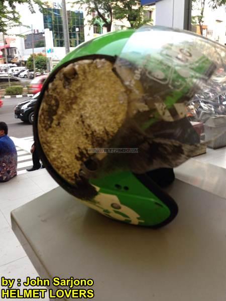 Ngilu lihat Helm Gojek di Seret Sedan habis Rata, Bayangin jika kepala ga pake 02 pertamax7.com