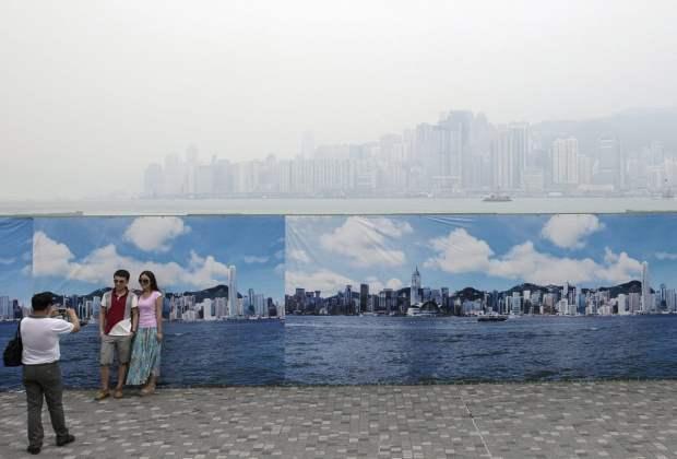 Hong Kongs Fake Skyline Banners Allow Tourists to Get Good Shots on Hazy Days hongkongskyline3