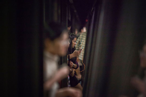 Slices of Life: Commuters Framed by the Gap Found in Subway Stations pleasemindthegap 12